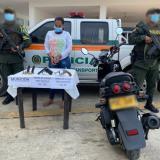 Capturan a mujer mientras transportaba armas de fuego en su moto