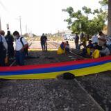 Manifestantes se encadenan a las líneas férreas en Ciénaga, Magdalena