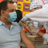 Se vacunan gobernador de La Guajira y alcalde de Riohacha