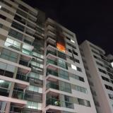 Bomberos controlaron incendio en apartamento de Villa Carolina