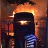 Incendio consume cuatro buses en un parqueadero del barrio La Paz