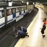 Angustiante momento: policías salvan a mujer que salto a las vías del metro de Madrid