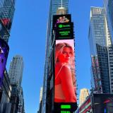 Adriana Lucía causa sorpresa al aparecer en pantalla de Times Square