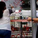Comunidad borra grafitis en sitios públicos de Cartagena
