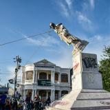 Derrumban estatua de Cristóbal Colón en Barranquilla