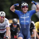 Cavendish se impone en un limpio 'sprint' y Van der Poel sigue de amarillo