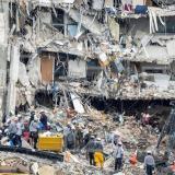 Paran otra vez búsqueda de víctimas antes de tumbar edificio siniestrado en Miami-Dade