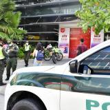Policías y familiares dialogan con hombre armado en almacén en el norte de Barranquilla