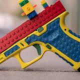 Pistola parecida al juguete de lego genera polémica