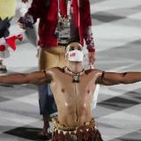 Duelo de pectorales aceitosos en la inauguración de los JJ. OO. de Tokio