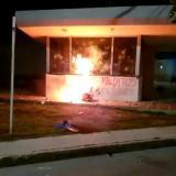 Encapuchados vandalizaron CAI de las Flores en Barranquilla
