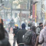 Manifestantes usaron ataúdes como escudos para enfrentarse a la Policía