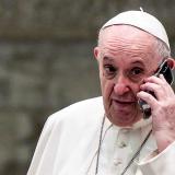 Papa Francisco intriga con una misteriosa llamada telefónica en público