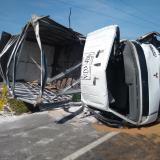 Saquean carga de azúcar de furgón  que chocó con una 'mula' en Tasajera