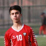Joven futbolista afgano muere al caer de avión huyendo de Talibanes