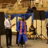 Tras 12 años de sufrir una lesión y quedar paralítico volvió a caminar para su graduación