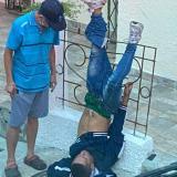 Presunto ladrón intentó huir y quedó atrapado en una reja, en Bucaramanga