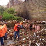 Retiran material de arrastre dejado en calles por aguacero en Santa Marta