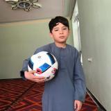 Niño afgano de la camiseta de plástico de Leo Messi teme por su vida