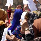 Los talibanes dispersan una protesta de mujeres con gases y tiros al aire