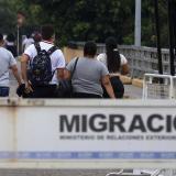 Unos 200 jóvenes venezolanos cruzan frontera con Colombia para volver a clase