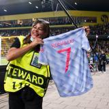 Cristiano regaló su camiseta a la mujer a la que dio un balonazo