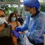 En Colombia, el 50 % de la población tiene al menos una dosis