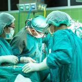 Médicos hallan un kilo de tornillos y clavos en estómago de paciente