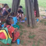 Niños wayuu reciben clases en el suelo de una enramada