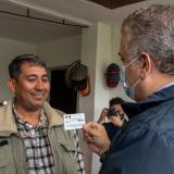 Duque entrega primera tarjeta de permiso de protección temporal