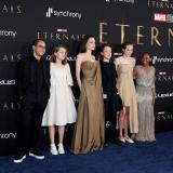 """Angelina Jolie deslumbra en el estreno de """"Eternals"""" junto a sus hijos"""