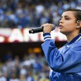 Barranquillera Sofía Carson interpreta himno de EE. UU. en el juego de Dodgers vs. Bravos de Atlanta