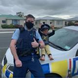 Tierna llamada de niño de 4 años a la policía para mostrarle sus juguetes