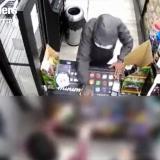 Nueva York: pretendía robar una tienda y empleados lo atacaron a golpes