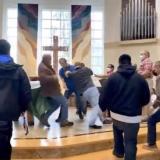 La multitudinaria pelea en una iglesia porque sacerdote reprendió a hombre sin tapabocas