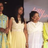Mujeres víctimas de ataques con ácido desfilan en pasarela en India