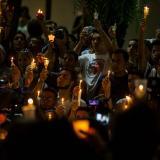 Dolor durante vigilia en honor de víctimas de tiroteo en escuela de Florida