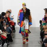 La moda se toma París en medio de protestas