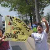 En imágenes   Protesta y bloqueo en barrio Ferrocarril a la altura de la vía al aeropuerto