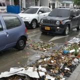 """Basuras """"taponan"""" rejillas de canalización tras lluvia"""