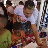 Teo les cumplió una vez más a los niños de La Chinita con la entrega de regalos