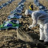 En playas de Copacabana rinden homenaje a los 400 mil muertos por covid en Brasil