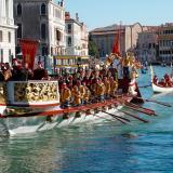 Desfile de góndolas en el Gran Canal de Venecia