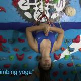 Así se practica yoga en los muros de escalada