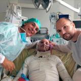 Trasplante de piel de gemelo salva a un quemado casi integral