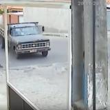 El momento en que un motociclista se salva de ser aplastado por un camión en Brasil