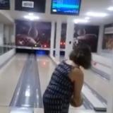 En video   El viral accidente de una mujer en su primera vez jugando bolos