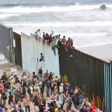 Desde el muro que separa a México y EEUU, migrantes llegan a pedir asilo