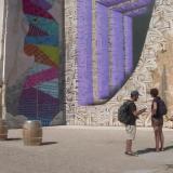 En video | Artistas franceses llenan de color enormes paredes de piedra caliza