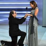 En video   Así fue la emotiva pedida de mano durante la transmisión de los Emmy